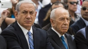 من اليمين الى اليسار، رئيس الدولة شمعون بيريس، رئيس الحكومة بنيامين نتنياهو ووزير الدفاع موشي يعالون، 30 ابريل 2014  (David Vaaknini/POOL/Flash 90)