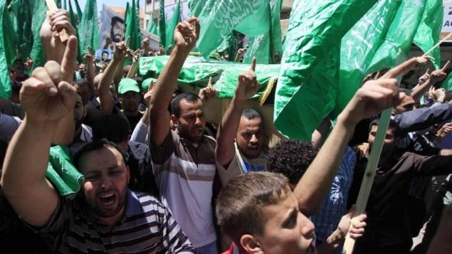 نشطاء اسلاميون يرفعون اعلام حماس خلال جنازة في رام الله ٣٠ ابريل ٢٠١٤ (عصام ريماوي/ فلاش ٩٠)