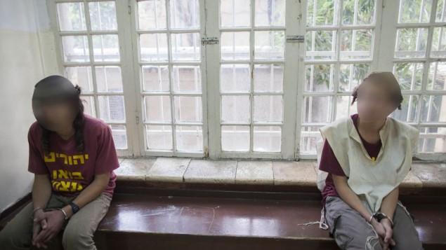 """شبان في جلسة محكمة الصلح في القدس بعد اعتقالهم لمحاولة هجوم """"دفع ثمن""""، على الجمعة، 9 مايو (يوناتان سنايدل/Flash90)"""