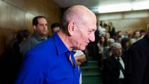 رئيس الوزراء السابق ايهود اولمرت قبل الحكم عليه في محكمة  تل أبيب، الثلاثاء 13 مايو، 2014 (Ronen/POOL/Flash90)