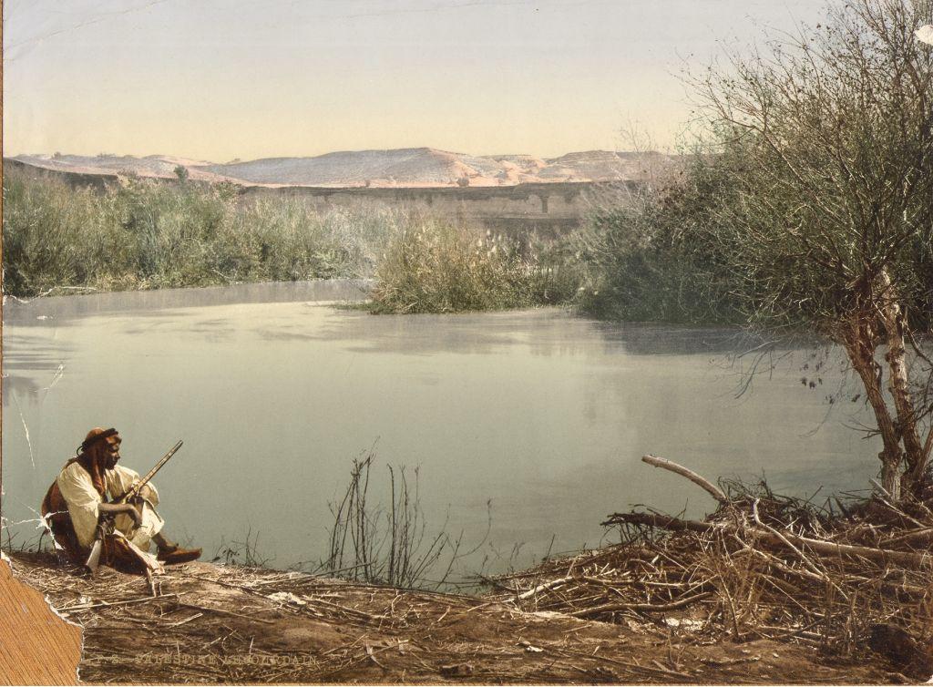 (photo credit: © DEIAHL, Jerusalem) v رجل فلسطيني على ضفة نهر الاردن