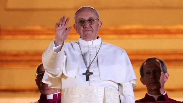 البابا فرانسيس الأول يلوح للحشود على الشرفة الوسطى بكاتدرائية القديس بطرس في مدينة الفاتيكان 13 مارس 2013 (Peter Macdiarmid/Getty/via JTA)
