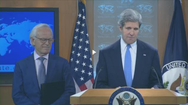 وزير الخارجية الامريكية جون كيري مع المبعوث الخاص لمحادثات السلام مارتن انديك (من شاشة أ ف ب)