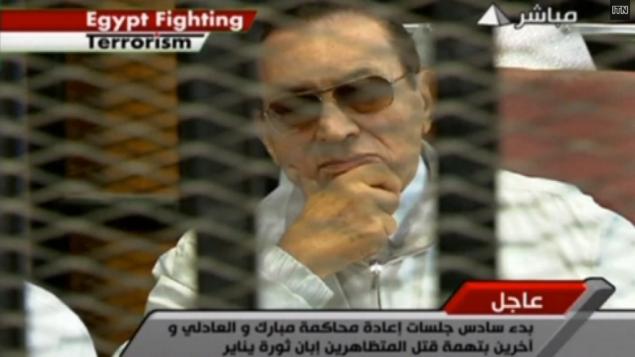 الرئيس المصري المعزول حسني مبارك في المحكمة (من شاشة اليوتوب)