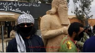 أعضاء في قوات الدولة الإسلامية في العراق والشام  أمام تمثال الآشورية قبل تدميره ( APSA/Abou Mouseb)
