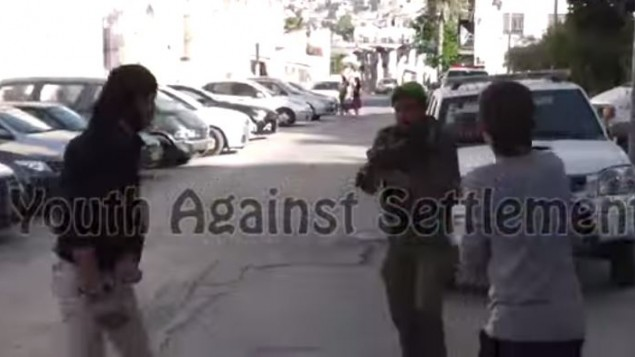 """صورة شاشة من فيديو المواجهة في الخليل الذي صورته جمعية """"شباب ضد الاستيطان"""" (من شاشة اليوتوب)"""