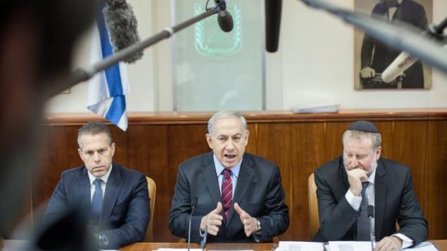 بنيامين نتانياهو يلقي كلمة اثناء اجتماع الكابينت في القدس 4 مايو 2014  (Emil Salman/POOL/FLASH90)