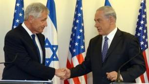 رئيس الوزراء بنيامين نتنياهو (يمين) يجتمع مع وزير الدفاع الأمريكي، تشاك هيغل، في مكتب رئيس الوزراء في القدس، الجمعة، 16 مايو، 2014. (Haim Zach/GPO/Flash 90)