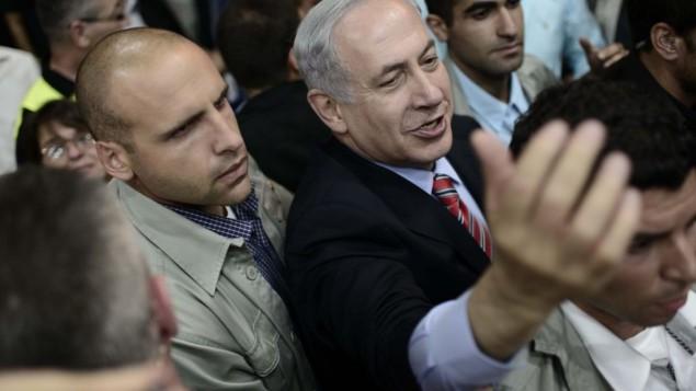 رئيس الوزراء بنيامين نتنياهو يصل الى مقر حزب الليكود محاط بمؤيديه 7 مايو 2014 (Tomer Neuberg/Flash90)