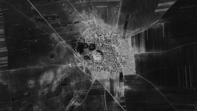صورة من سنوات الستينات عبر قمر صناعي جاسوسي لتل رفعات شمال سوريا مع انقاض البلدة القديمة ماضحة تحت البلد (Center for Advanced Spatial Technologies, University of Arkansas/U.S. Geological Survey)