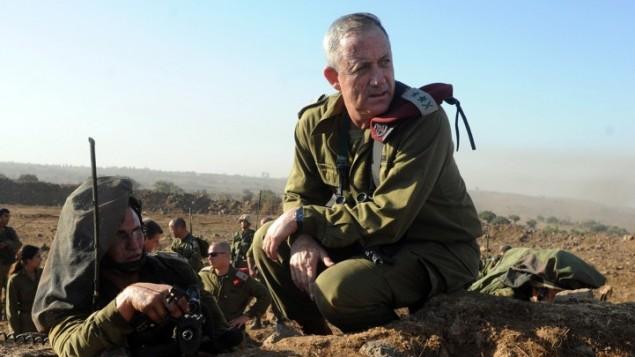 رئيس اركان الجيش الاسرائيلي بيني جانتس يحضر تدريب اطلاق النار في هضبة الجولان سبتمبر ٢٠١٢ (Shay Wagner /IDF/FLASH90)