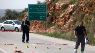 قوات الامن الاسرائليلية تتفحص حادثا عند مفرق تابواح في الضفة الغربية ٣٠ ابريل ٢٠١٤ (فلاش ٩٠)