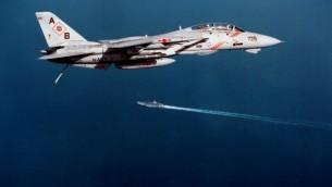 من البحرية الأمريكية طاءرة F-14B  تستعد لإجراء الهبوط على متن حاملة الطائرات يو اس اس جورج واشنطن (CVN 73)اثناء تجري السفينة عمليات الطيران في الخليج الفارسي  24 نوفمبر 1997. (photo credit: DoD/Lt. Bryan Fetter, US Navy)