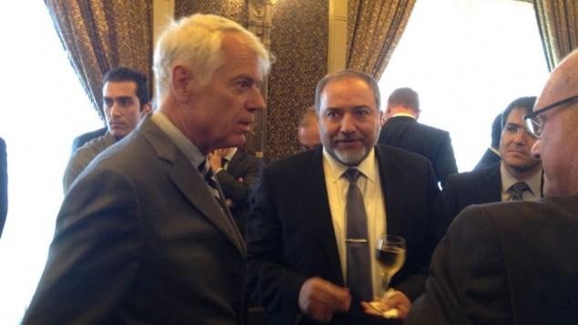 السفير لارس فابورغ-أندرسن مع وزير الخارجية افيجدور ليبرمان (بعدسة رفائيل اهرين/ طاقم تايمز أوف إسرائيل)