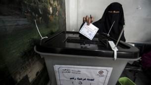 مصرية تلقي بصوتها في مركز اقتراع بالقرب من قلعة محمد علي التاريخية في العاصمة القاهرة يوم 26 مايو 2014 ( AFP / خالد دسوقي).