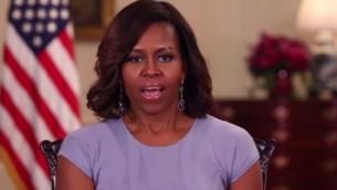 صورة شاشة للسيدة الاولى للولايلت المتحدة ميشل اوباما اثناء خطاب بخصوصو الفتيات المختطفات في نيجيريا
