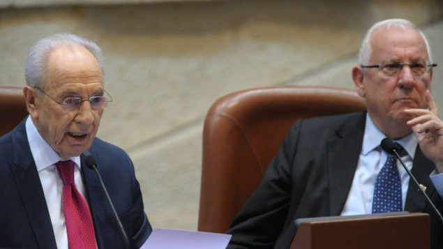 رئيس الدولة شمعون بيريس مع من قد يخلفه رؤوفين ريفلين 2012 (Photo credit: GPO/Amos Ben Gershom/Flash90)