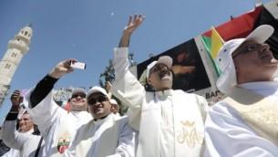 الكهنة يلتقطون الصور اثناء زيارة البابا فرانسيس لدى وصولهساحة المهد في 25 مايو 2014، خارج كنيسة المهد في مدينة بيت لحم التوراتية الضفة الغربية.  AFP PHOTO/POOL/Fadi Arouri