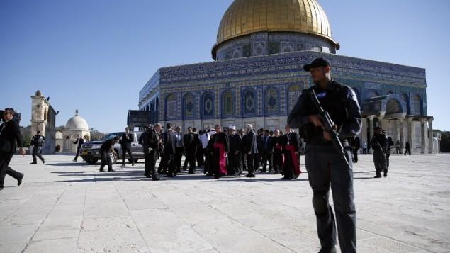 عناصر الامن الاسرائيلي يحرسون البابا اثناء زيارته للحرم الشريف 26 مايو 2014 (توماس كوكس/ أ ف ب)
