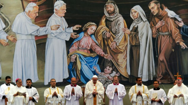 البابا فرانسيس يقدم قداس في ساحة المهد في بيت لحم 25 مايو 2014 (سليمان خطيب/ فلاش 90)
