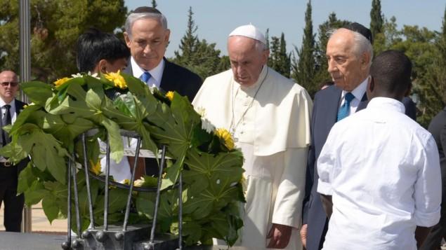 قداسة البابا فرانسيس يضع اكليل الزهور على قبر الزعيم الصهيوني ثيودور هرتسل اثناء زيارته للقدس 26 مايو 2014 (مارك نيومان/ جي بي أو)