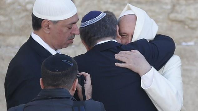 البابا فرانسيس يعانق صديقيه الحميمين المسلم واليهودي في حائط المبكى 26 مايو 2014 (توماس كوكس / أ ف ب)