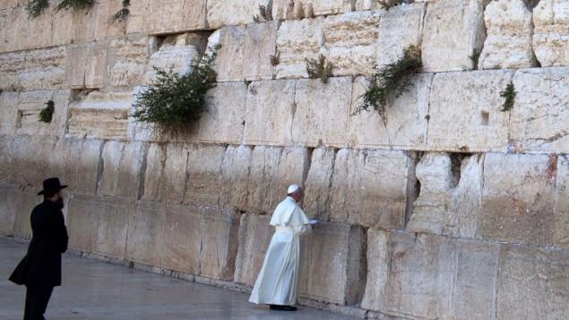 قداسة البابا فرانسيس عند حائط المبكى في القدس 26 مايو 2014 (أ ف ب/ توماس كوكس)