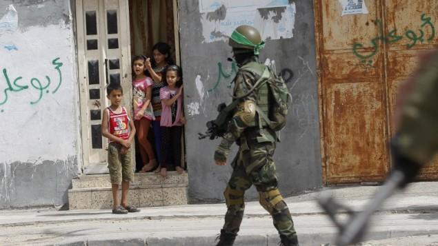 مقاتل من  كتائب عز الدين القسام، الجناح المسلح لحركة حماس جنوب قطاع غزة، في 29 مايو عام 2014.  AFP PHOTO/ SAID KHATIB