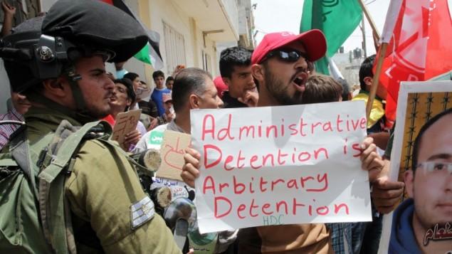 تجمع محتجين للتظاهر دعما للأسرى الفلسطينيين المضربين عن الطعام في السجون الاسرائيلية في مخيم العروب للاجئين الفلسطينيين، شمالي مدينة الخليل بالضفة الغربية  31 مايو عام 2014. AFP PHOTO / حازم بدر