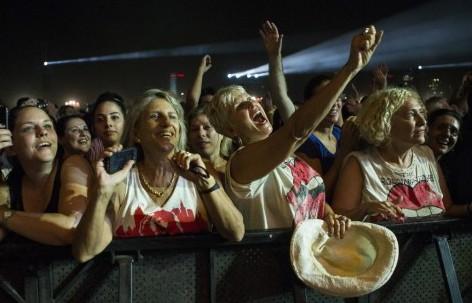 المعجبون اثناء عرض الرولينج ستونز في تل ابيب ٤ يونيو ٢٠١٤ (جاك كيوز/ أ ف ب)