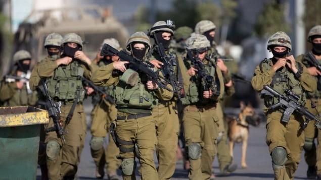 جنود من القوات الخاصة للجيش الاسرائيلي اثناء عملية البحث عن الطلاب الثلاثة في الخليل 17, 2014  ( AFP/MENAHEM KAHANA)