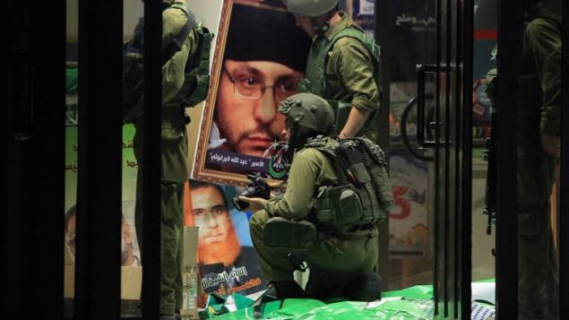 جنود الجيش الاسرائيلي يصادرون اعلام حماس من جامعة بير زيت في رام الله June 19, 2014. Issam Rimawi/Flash 90-