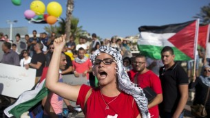 متظاهرة  عربية تصرخ شعارات خلال تجمع حاشد تضامنا مع الأسرى الفلسطينيين المحتجزين في السجون الاسرائيلية وضد عملية الجيش الإسرائيلي للبحث عن المفقودين المراهقين الإسرائيليين الثلاثة في 27 يونيو 2017 في أم الفحم   AFP PHOTO/AHMAD GHARABLI