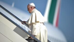 قداسة البابا فرانسيس يعلو على متن الطائرة متجها الى الشرق الاوسط ٢٤ مايو ٢٠١٤ (Filippo Monteforte/AFP)