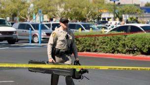 ضابط إدارة شرطة لاس فيغاس يزيل المعدات من وول مارت في 8 يونيو 2014 في لاس فيغاس، نيفادا. ( صور ايثان ميلر / غيتي / أ ف ب)
