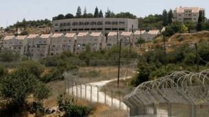 مستوطنة كريات اربع في الضفة الغربية الموالية لمدينة الخليل (Michal Fattal/Flash90)