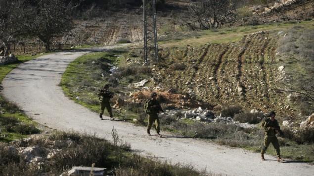 جنود من قوات الجيش الاسرائيلي اثناء عمليات البحث قضاء الخليل (Michal Fattal/Flash90)