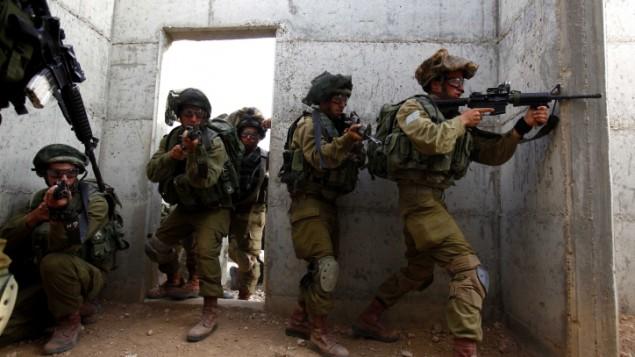 جنود في الجيش الاسرائيلي اثناء مناورة تدريبية (Edi Israel/Flash90)