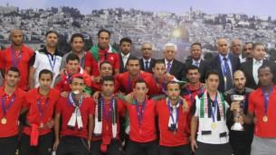 فريق كرة القدم الوطني الفلسطيني مع رئيس السلطة الفلسطينية محمود عباس، مايو 2014 (Issam Rimawi/ Flash 90)