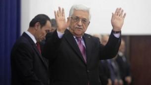 محمود عباس يلوح للجمهور يوم اداء اليمين لحكومة التوافق ٢ يونيو ٢٠١٤ (فلاش ٩٠/ عصام ريماوي)