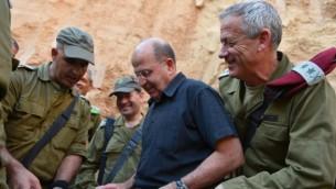وزير الدفاع موشي يعالون مع رئيس اركان الجيش بيني جانز في زيارة الى كتيبة غزة البارحة (Defense Ministry/FLASH90)