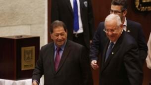 الرئيس المنتخب يسير بجانب خصمه السابق فؤاد بن اليعزر (يوناتان سنايدل/ فلاش ٩٠)