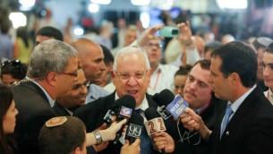 الرئيس المنتخب رؤفين ريفلين يتحدث الى الصحافة بعد فوزه (يوناتان سنايدل فلاش ٩٠)