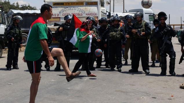 لعبة كرة قدم امام سجن عوفر تضامنا مع الاسرى المضربين عن الطعام (Issam Rimawi/Flash90)
