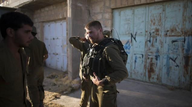 الجيش الاسرائيلي يركز نشطاء حماس في الخليل  June 14, 2014 (Yonatan Sindel/Flash90)