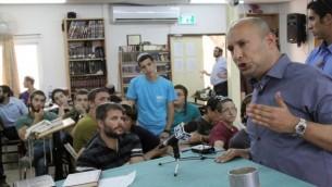 الوزير نفتالي بينيت يتحدث الى طلاب اليشيفا في كيبوتس كفار اتسيون ١٦ يونيو (فلاش ٩٠)