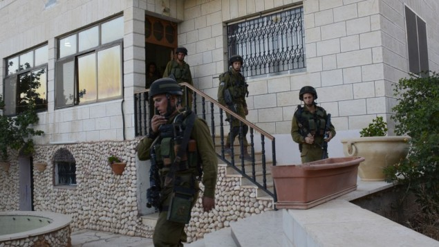 جنود اسرائيليون بعد تفتيش بيت في مخيم الجلبون قضاء الخليل June 16, 2014 -IDF spokesperson/Flash90