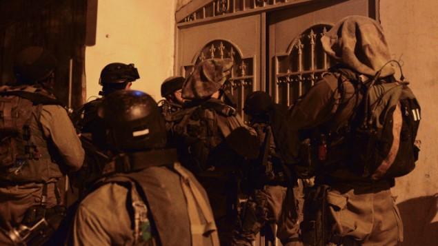 الجيش الاسرائيلي اثناء عمليات التفتيش في مخيم بلاطة قضاء نابلس June 18, 2014 ( IDF Spokesperson/FLASH90)
