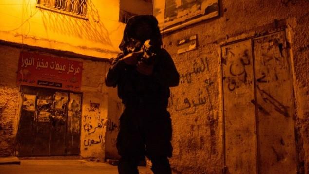 جندي اسرائيلي اثناء عمليات بحث في جنين، الضفة الغربية، 19 يونيو 2014 ( IDF Spokesperson/Flash90)