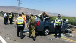 ساحة الحادث بين السيارة والحافلة بجانب كفر مندا 25 يونيو 2014  Aharon Baruch Leibowitz/ZAKA/FLASH90